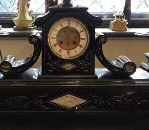 Часы с вазами